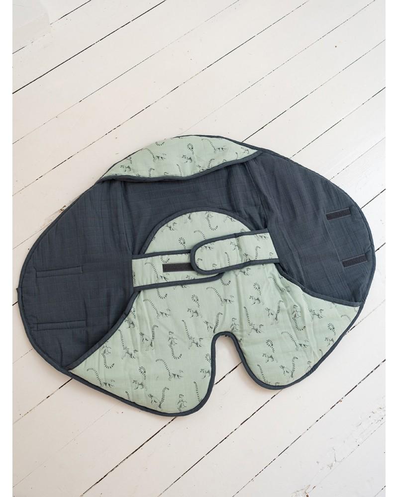 Milinane propose une couverture nomade idéale pour les promenades en poussette ou cosi mais aussi en siège-auto ou à la maison.