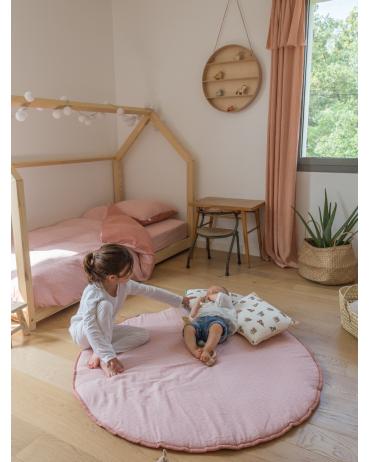Tapis d'éveil rose dans la chambre de bébé