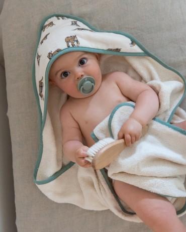 bébé dans sa cape de bain