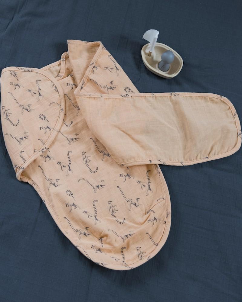 L'esprit Milinane, adepte de l'emmaillotement, propose une couverture d'emmaillotage pratique et simple d'usage.